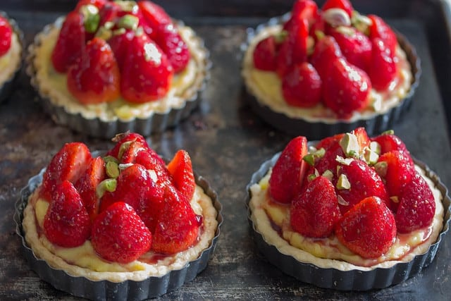strawberry tarts with chocolate and pistachio - Feeling ...