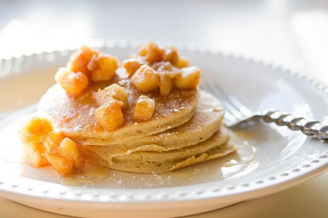 lemon-ricotta-pancakes-with-carmalized-apples