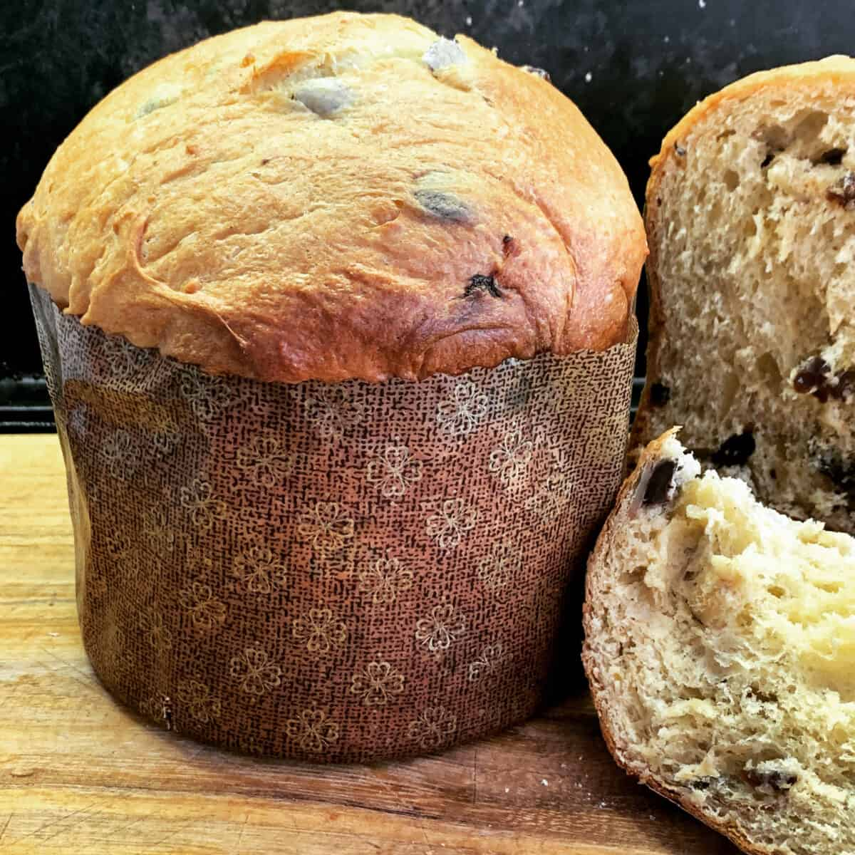 front view of panettone plus slices